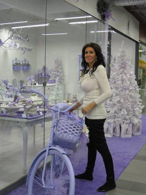 Euroopassa on noin 130 Lavanda di Venzone -liikettä. Jokaisen liikkeen maamerkkinä on oven edessä oleva laventelinvioletti polkupyörä, niin myös Anne Muikun omistamassa Suomen ainoassa laventeliputiikissa.