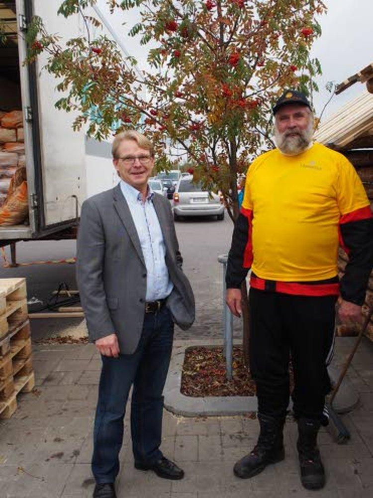 Lehtiseppien myyntijohtaja Juhani Alho poikkesi tapaamassa Juha Mietoa.