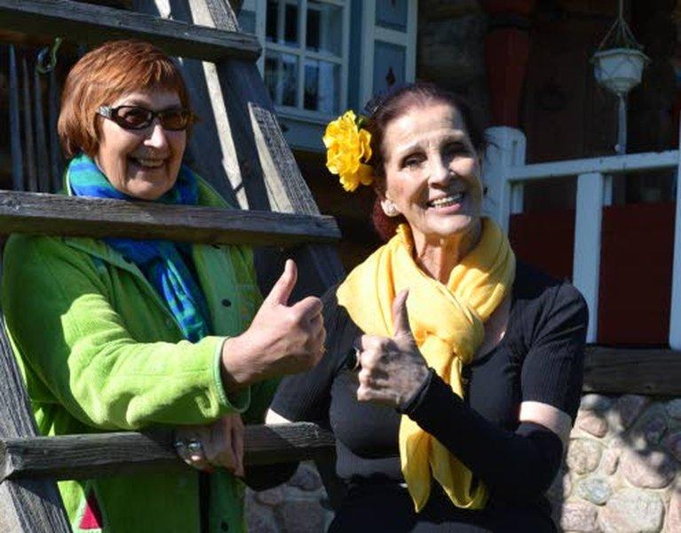 Hyvään elämään tarvitaan myönteistä elämänasennetta. Pirkko Lahti ja Aira Samulin kiertävät esimerkiksi vanhainkodissa aktivoimassa ikäihmisiä.