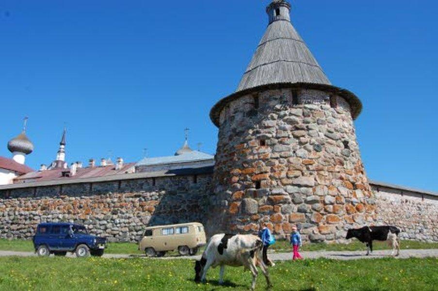 Solovetskin luostari on epätodellinen näky keskellä Vienan merta, kolmen tunnin laivamatkan päässä Vienan Kemistä.