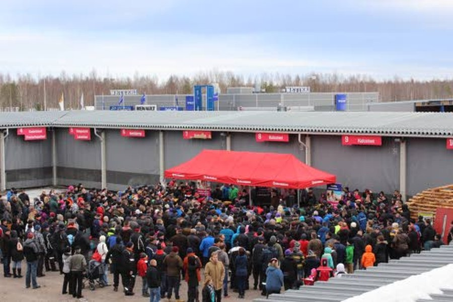 Suuressa Huutokauppapäivässä oli huudettavana monenmoista käyttötavaraa kotiin, harrastuksiin ja perheelle. Nuijamiehenä Kultainen Venla -voittaja Aki Palsanmäki.