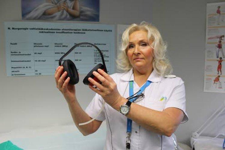 Korvaongelmien hoitamiseen kehitetty laite on samanlainen kuin kuulosuojaimet.