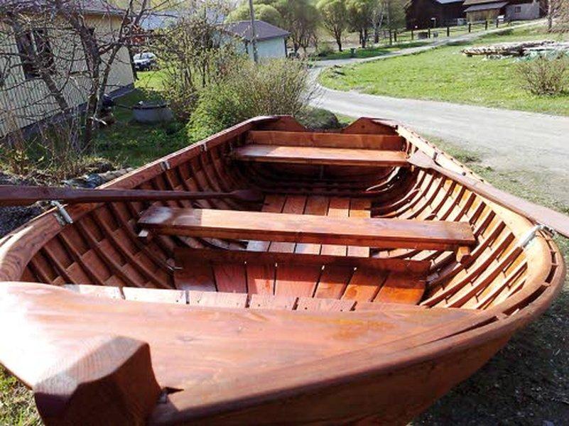 Mökki- ja kalastusveneeksi sopii hyvin puuvene. Hitaampaan vauhtiin leveäpohjainen malli on paras. Kuva Sjömanin veneveistämö.