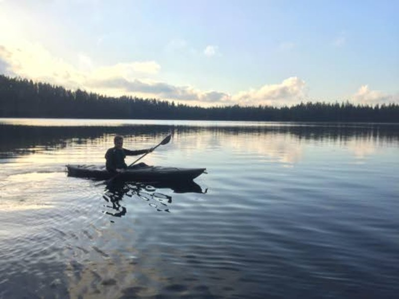 Kajakki on monipuolinen kulkuväline vedessä, sillä se toimii niin eräilyssä, kuntoilussa, luonnossa liikkuessa kuin lasten kanssa meloessa ja mökillä leikkiessä.