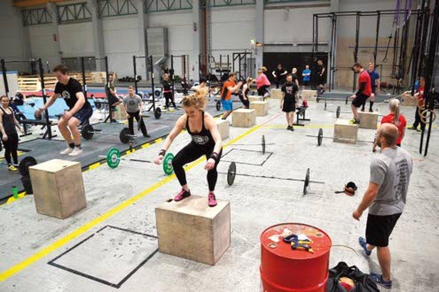 CrossFit areenalla riittää vipinää. Etualalla treenaavat Sari Korkalainen ja Antoni Stranden. CrossFitissä käytettävät painot ja muut välineet voi valita oman kunnon ja voimavarojen mukaan. CrossFit Jyväskylä on Suomen suurin toiminnallisen harjoittelun areena, jossa on 2138 neliömetriä harjoittelutilaa.