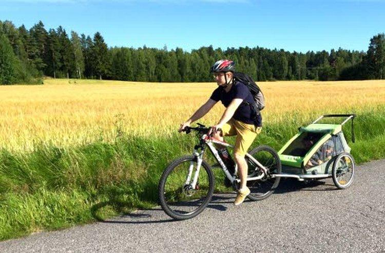 Pyöräperäkärry kiinnittyy sähköpyörään vaivattomasti ja kulkee kevyesti mukana. Kuva: Johanna Pelkonen.