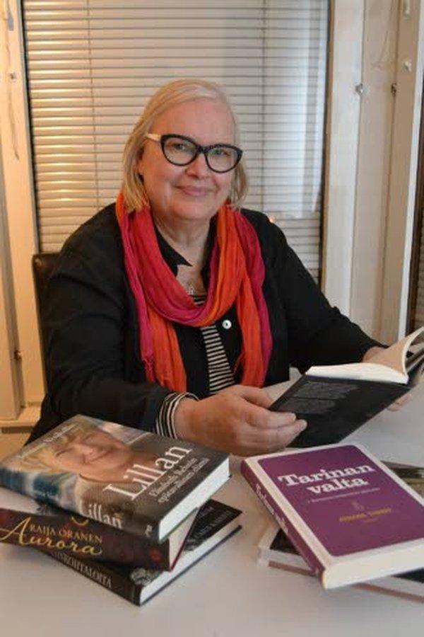 Elämäntarinakouluttaja Saara Vaherjoki-Honkala suosittelee oman elämän ja sukuhistorian läpikäymistä kirjoittamisen avulla.