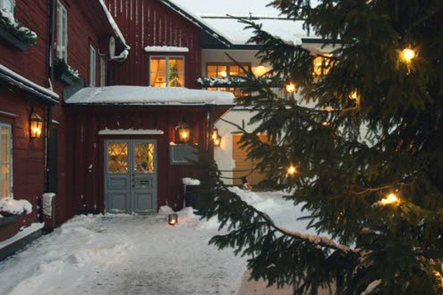 Valaisinkoristeet on mukava laittaa hyvissä ajoin sekä sisälle että ulos. Pimeä vuodenaika piristyy. Tänä jouluna suositaan runsaasti vihreää joulun koristeissa. Kansainvälisten trendien mukaan vihreä on yksi tämän joulun pääväreistä niin koristeissa, joulutekstiileissä kuin kattauksissakin.