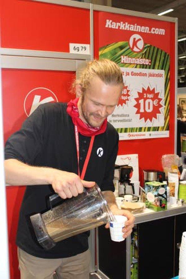 Erkki Palviainen valmisti ja maistatti lokakuisilla I love me -messuilla Kärkkäisen osastolla rasvakahvia. Messut olivat Helsingin messukeskuksessa.