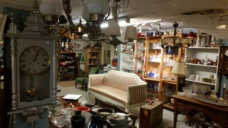 Jorma Miikin mielestä antiikkihuonekalut ja -esineet sointuvat sisustukseen hyvin uuden rinnalla.