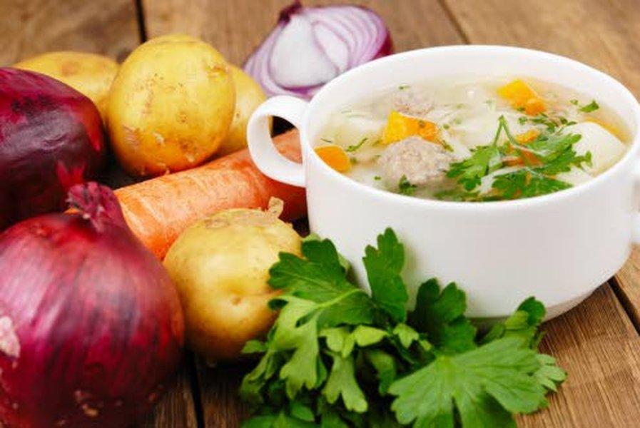 Juurekset, erilaiset sipulit ja yrtit tuovat upeasti makua keittoihin, ja samalla suolan määrässä voi vähentää.