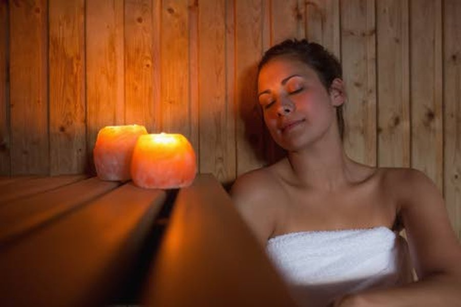 Saunassa suola hoitaa monin tavoin. Kuorii ihoa, pehmittää jalat jalkakylvyssä sekä suolalyhtyjen muodossa luo tunnelmaa.