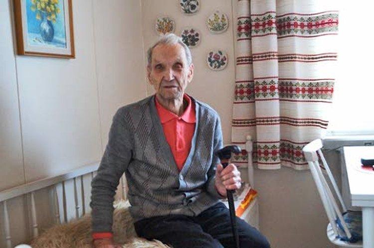 98-vuotias Veikko Tapio kodissaan Rovaniemellä.