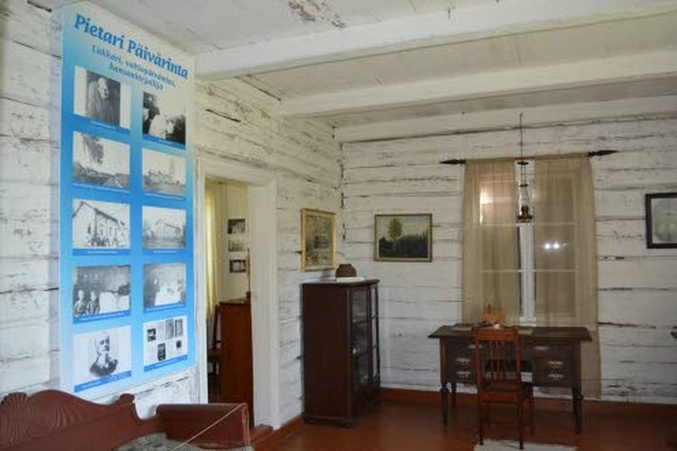 Valtiopäivämies, kirjailija Pietari Päivärinta on saanut Puuhkalaan oman huoneensa.