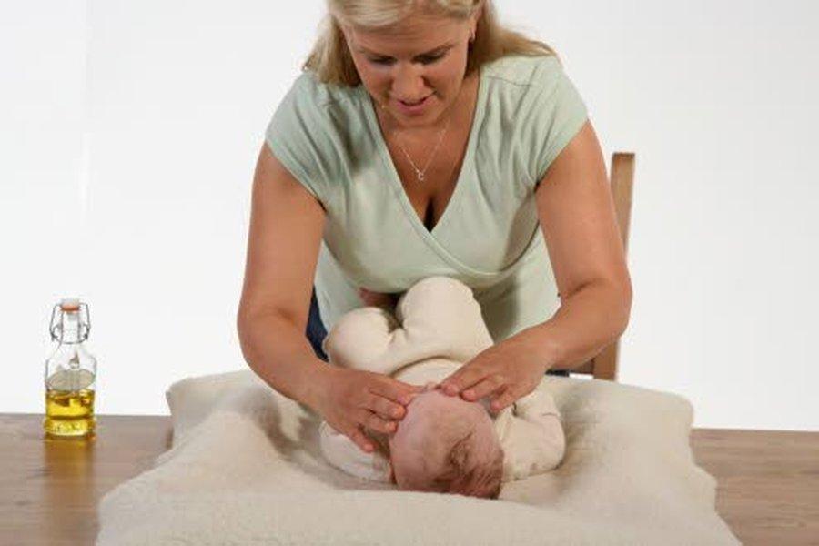 Katja Rikala suosittelee vauvahierontaa kaikille vauvoille, ei pelkästään koliikista kärsiville vauvoille.