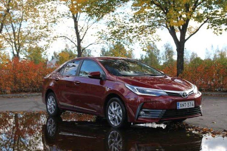Toyota Corolla sai 2016-päivityksessä uutta muotoa keulaan, minkä ansiosta keulailme noudattaa nyt selvästi Toyotan nykyistä muotokieltä. Perässä huomio kiinnittyy uusiin, tyylikkäisiin LED-takavaloihin.