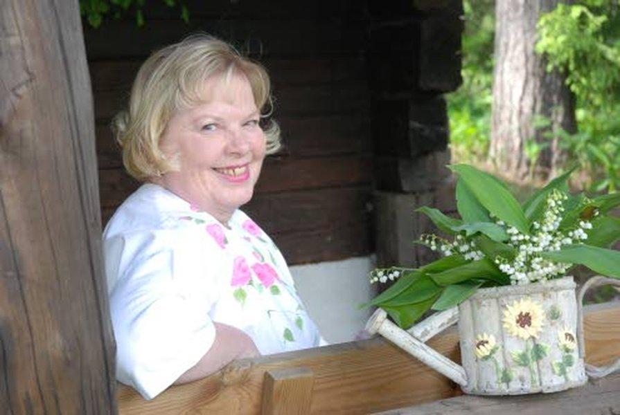 Kesäisin Kirsti käy usein tapaamassa pääkaupunkiseudulla asuvia ystäviään. Tässä kuvassa hän on Vihdissä asuvan ystävättärensä savusaunan kuistilla.