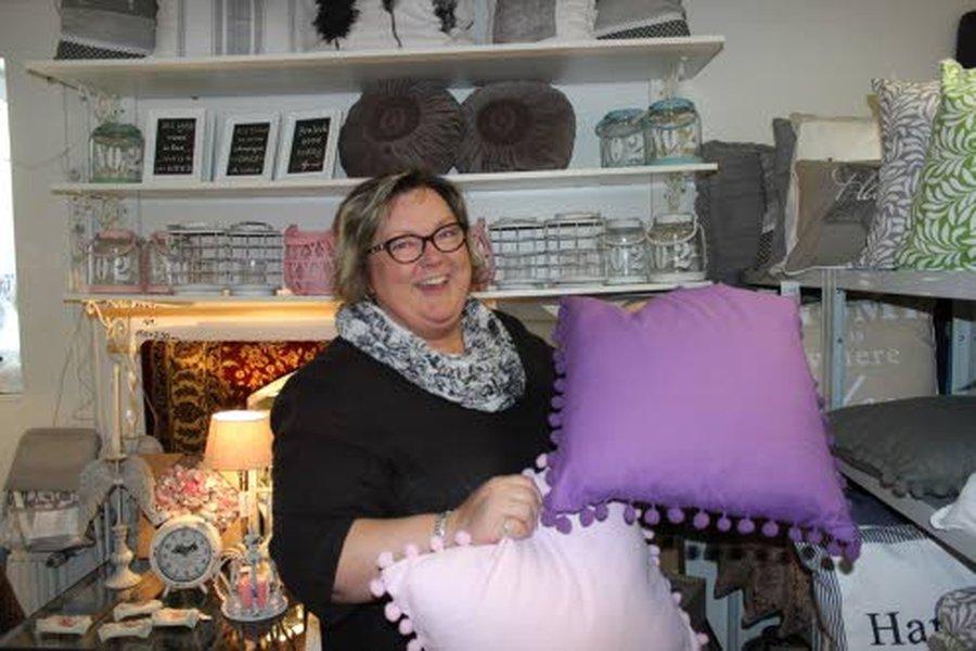 – Värikkäät tyynyt tuovat hetkessä ja helposti uutta ilmettä kotiin, Anne Laukkanen sanoo.