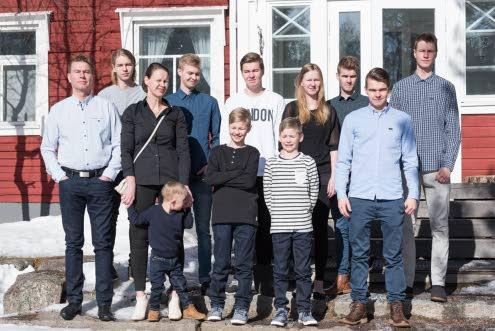 Juha ja Leena sekä heidän yhdeksän poikaa ja yksi tyttö.