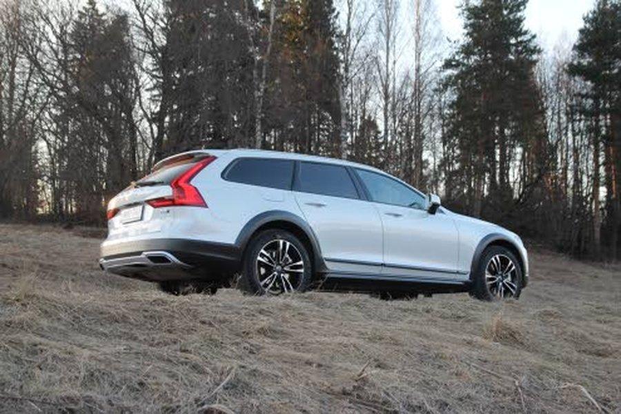 Korkeuden lisäksi Volvo V90 Cross Country D5 AWD Pron erottaa ulkoisesti sivuhelman, puskureiden ja pyöränkaarien mustista muoviosista.