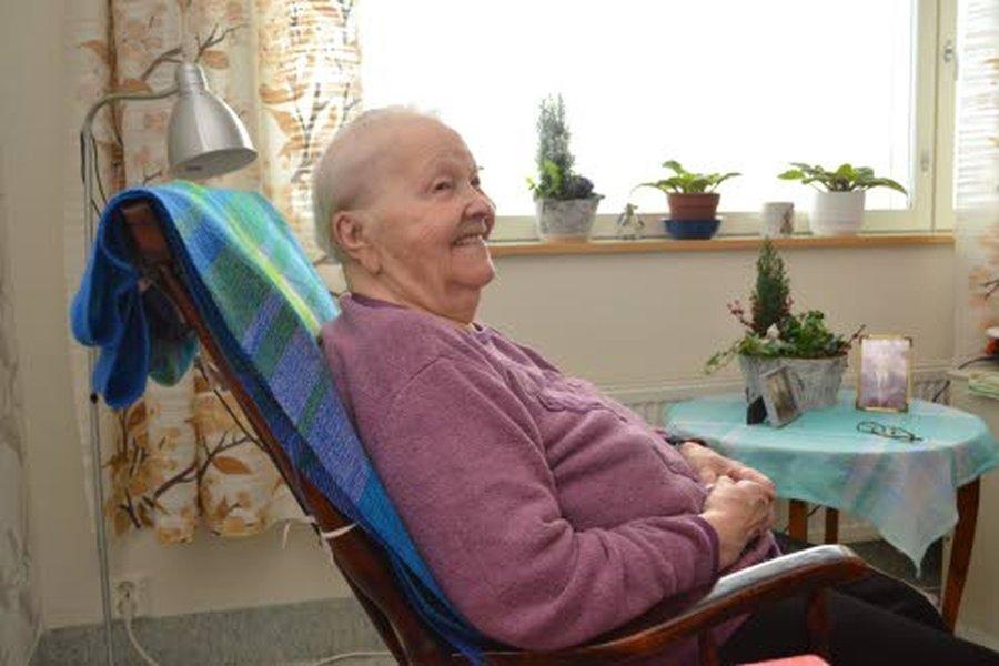 99-vuotias Helmi Mehto muistaa hyvin, minkälaista oli pitää pystyssä maatilaa miesten lähdettyä sotaan. Mutta kotirintama kesti, ihmeellisesti.