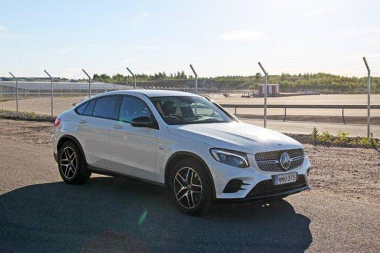 Mercedes-Benz GLC 350 e Coupe 4Maticissa on planeettapyörästöllä toteutettu jatkuva 4Matic-neliveto, jonka voimanjakosuhde on kiinteä 45% eteen ja 55% taakse. Näin varmistetaan hyvä etenemiskyky ja hieman takapainotteiset ajo-ominaisuudet.