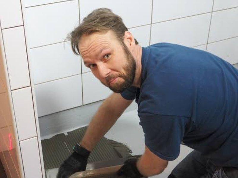 Yrittäjä Iisakki Salmi haluaa muistuttaa, että kosteiden tilojen vesieristys on aina kannattava toimenpide.