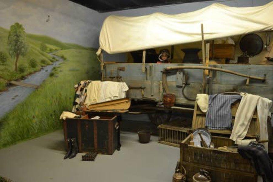 Pieni talo preerialla -sarjasta on useita eri painoksia Garth Williamsin nostalgisella kuvituksella.