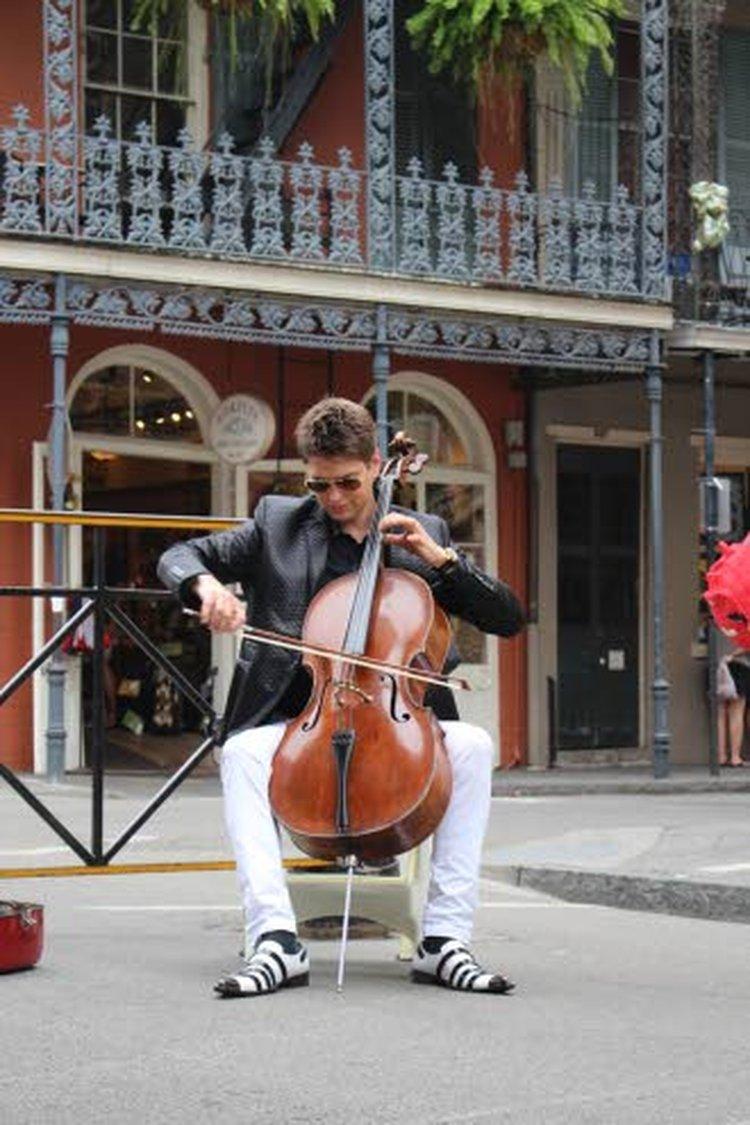 Herra Sello Makkonen on valmistettu vuonna 1757. Silloin Mozart oli 1-vuotias. Tämän sellon kanssa 38-vuotias Jussi Makkonen on kiertänyt maailmaa vuodesta 2012.