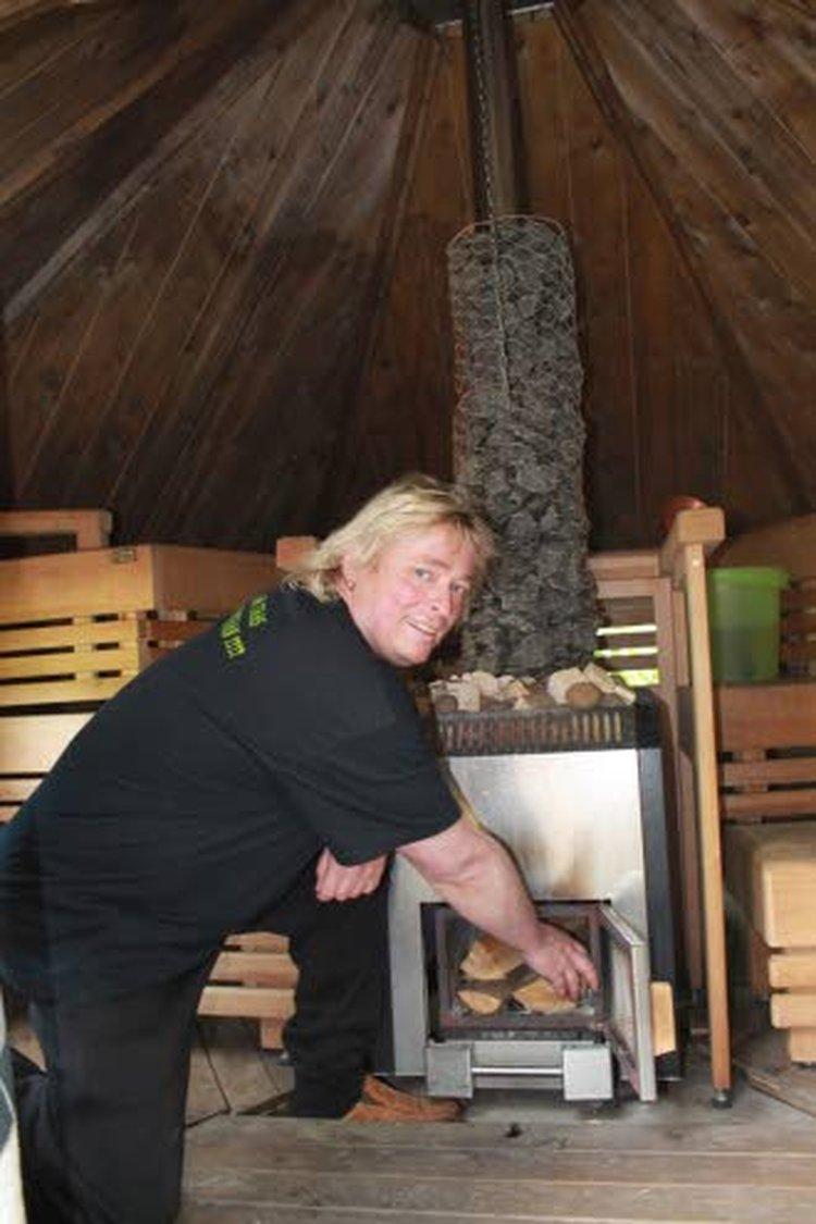 Timo Kaukonen ei lopettanut saunomista vakavaan onnettomuuteen. Sauna lämpenee edelleen monta kertaa viikossa. Kaukosen yritys SaunanSisu tarjoaa perinteisen kuppauksen ohella sauna- ja haudehoitoja.