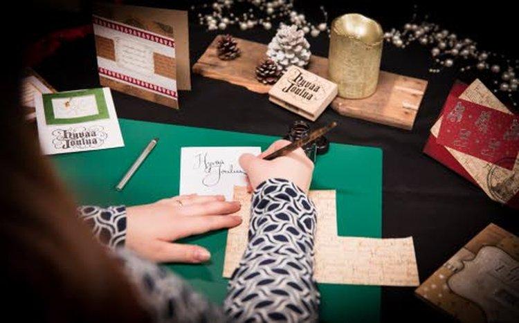 Katja Ruhan ensimmäisessä aikuisiällä itse tehdyssä joulukortissa (kuvassa vasemmalla alhaalla oleva kortti) leijailee herkkä lumihiutale joulunvihreiden kehysten ympäröimänä. Koristeena oleva kulkunen on kortissa irrallisena. Hyvää joulua -teksti on painettu valmiina kaupasta ostetulla leimasimella.