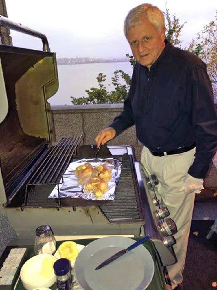 Kesämökiltään Virroilta Jussi Pienimäki saa runsaasti sieniä, jotka hän hyödyntää talven aikana keitoiksi, salaatiksi, kastikkeiksi ja jauhelihataikinan jatkeeksi.