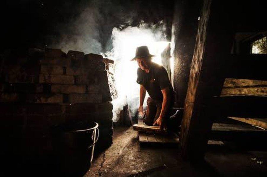 Savusaunaa lämmittäessä Erkki Kauppinen käyttää saunapuuna pääsääntöisesti kuusta sekä lisäksi koivua, leppää ja kolme vuotta kuivunutta haapaa. Raitaakin, jos saunojilla on nenät tukossa.