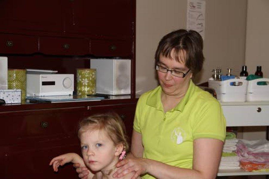 Reeta Ylikoski yhdistää Mileena Pietarilan hoidossa perinteistä jäsenkorjausta ja venyttävää hierontaa. Osan hoidosta Reeta tekee Mileenalle istuen, pääsääntöisesti Mileena on hoidon aikana hoitopöydälle makuuasennossa.