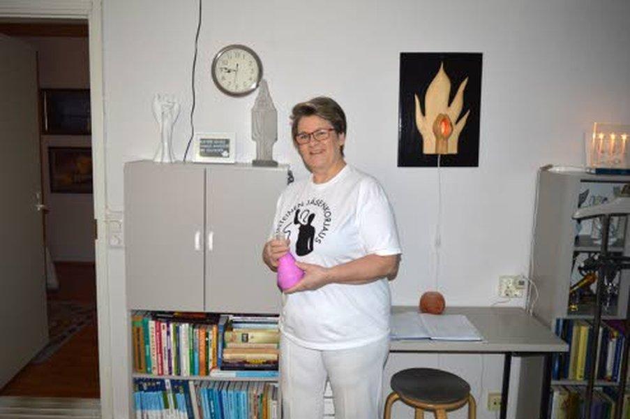Leila Kattilakoski ottaa hoitoasiakkaita vastaan Kannuksessa.