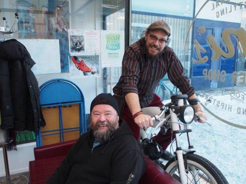 Oululainen Joni Pekkala (mopon sarvissa) on suosittu parranajokouluttaja myös ulkomailla. Tällä kertaa siistitään Oulun korvenkyläläisen Kaitsu Meriläisen parta. Kaitsu on intohimoinen amerikanautomies.