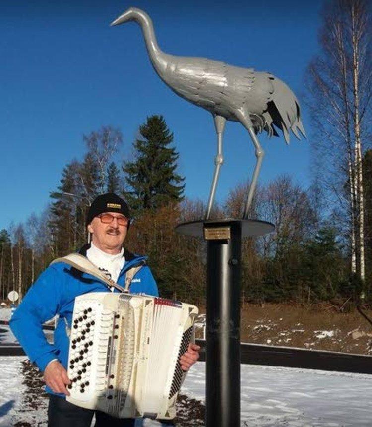 Jukka Ohra-ahon takoma, Uuraisten keskustan kiertoliittymässä oleva rautakurki, Kuukan Kurki on 120 senttiä korkea. Se seisoo kiertoliittymässä 200 senttiä korkean pilarin päässä.