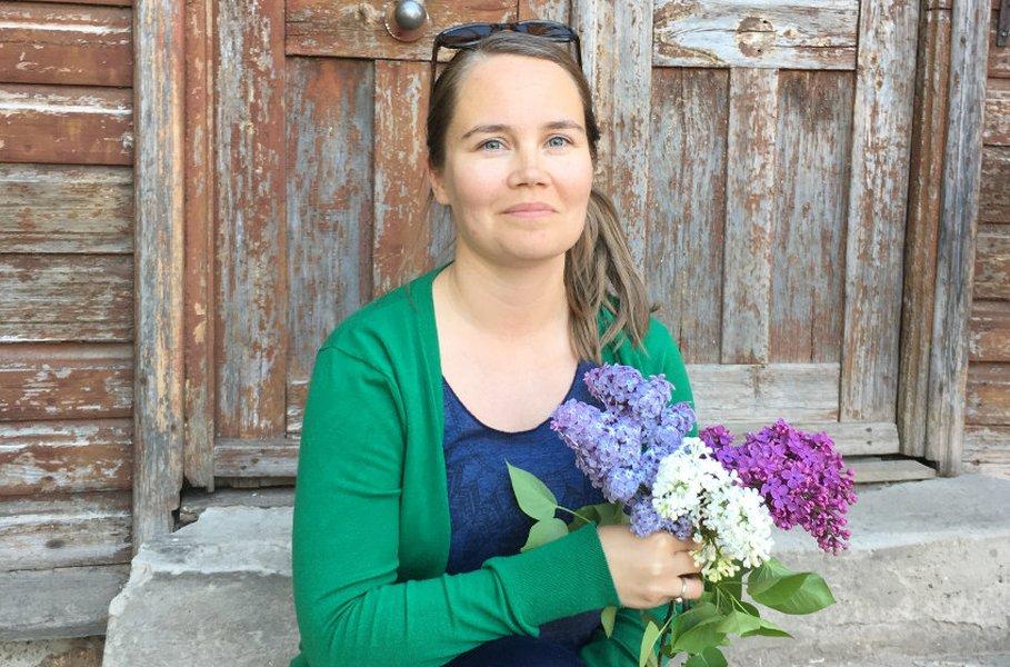 Mari Karhumaa kuvattuna kotiportailla Karlovassa Tartossa vähän ennen kuin he muuttivat viime kesänä takaisin Suomeen.