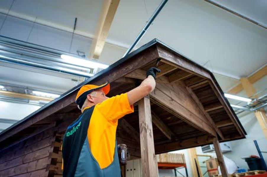 Salvoksen hirsiset valmisrakennukset rakennetaan hirsimoduuleista yrityksen Pyhännän tehtaalla sisätiloissa, suojassa sateelta ja tuiskeelta. Myös kaikki viimeistelyvaiheet tehdään sisällä.
