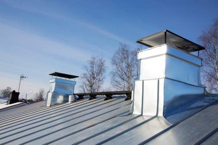 Näppilän perhe valitsi kattoremontissa uudeksi katoksi konesaumatun peltikaton. Samanlainen on ollut talossa myös aikaisemmin.