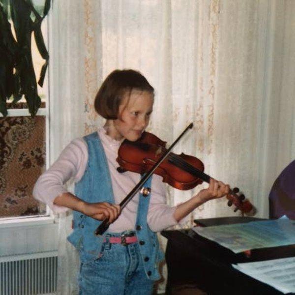 Viulunsoitto on kuulunut Elisa Järvelän elämään lapsuudesta saakka. Hän on soittanut myös yhdessä isoveljensä Tommin kanssa.
