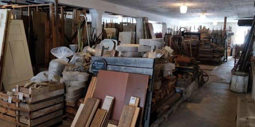 Metsäkylän Navetta on täynnä vanhoja rakennustarvikkeita.