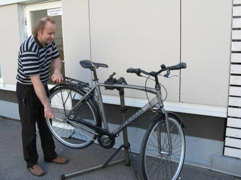 – Uuden pyörän luovutuskuntoon laittaminen on tärkeää, sanoo Järvisen pyörä ja urheilun kauppias Ville Järvinen.