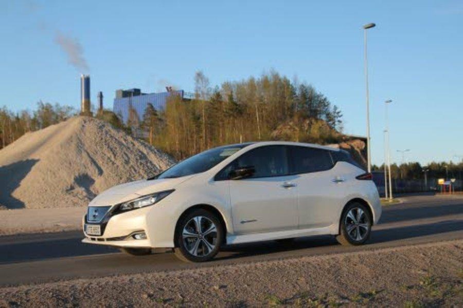 Nissanin täyssähköauto Leafissa on entistä isompi, 40 kWh:n akku, minkä ansiosta ajokilometrejä kertyy latausten välillä selvästi enemmän. NEDC-testin mukainen laskennallinen ajomatka on 378 kilometriä. Käytännössä uudella Leafillä pääsee ajamaan noin 200–250 kilometriä täydellä latauksella.