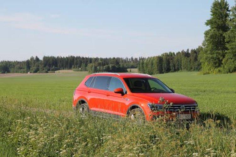Kasvaneet mitat huomaa Volkswagen Tiguan Allspacen sivuprofiilissa. Esimerkiksi takaovi on selvästi pidempi kuin vakiomallissa. Samalla myös konepeltiä on nostettu ylöspäin. Näin auton ulkonäkö on venytyksestä huolimatta tasapainoinen.