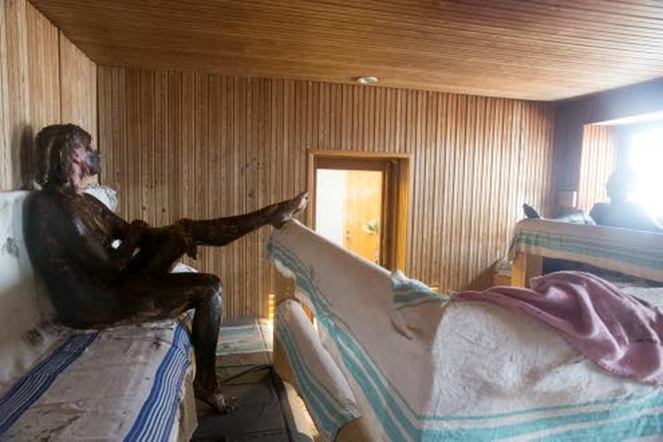 Leena Larvan kehittämä, turvetta hyödyntävä Suomaa-saunahoito kestää melkein kolme tuntia. Ensin saunotaan vapaamuotoisesti, sitten vilvoitellaan ja juodaan. Seuraavaksi iiholle levitetään hoitoturve, ja ollaan 20 minuuttia turvemaskissa. Lopuksi pestään turve pois.