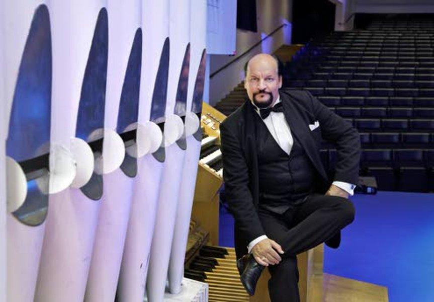 Urkutaiteilija Kalevi Kiviniemi kuuluu kansainvälisten arvioiden mukaan konserttiurkurina aikamme merkittävimpiin muusikoihin. Kiviniemen taiturillisuus, monipuolisuus, sovitus- ja improvisaatiotaito sekä historiallisten urkujen tuntemus ovat tehneet hänestä yhden maailman kysytyimmistä urkutaiteilijoista. Kuva: Heikki Tuuli.