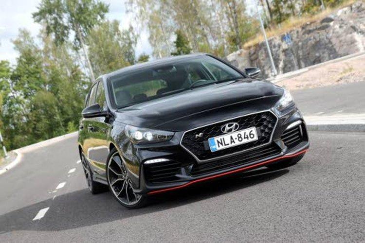 Jo Hyundai i30 N:n ulkonäkö antaa selviä viitteitä siitä, mitä sillä on mielessä! Keulaa koristaa uusi etupuskuri isoine ilmanottoaukkoineen sekä musta, N-kirjaimella varustettu etusäleikkö. Teräväilmeisten ajovalojen kanssa keula näyttää kuin pureutuvan tiehen.