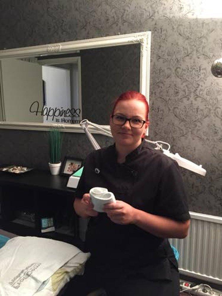 Kosmetologiyrittäjä Jenny Myllyoja opiskeli kosmetologiksi Nivalan ammattiopistossa kaksivuotisella aikuisopiskelijaryhmän opintojaksolla. Parhaillaan hän täydentää osaamisvalikoimaansa opiskelemalla työn ohessa koulutetuksi hierojaksi.
