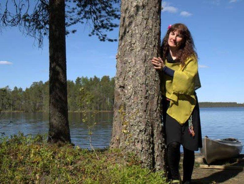 Minna Helminen tekee maatalousyrittäjän töiden ohessa myös muita yrittäjän töitä. Minnan uusi hyvinvointialan koulutuspalvelu hyödyntää metsän terapeuttisia vaikutuksia.